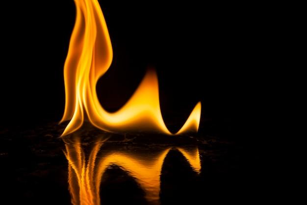 Fogo chamas em fundo preto.