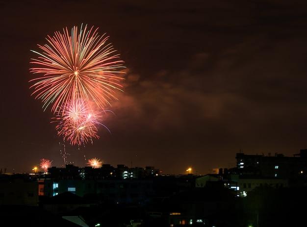 Fogo de artifício colorido no céu para celebração
