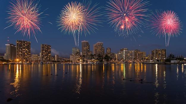 Fogo de artifício colorido sobre o horizonte de honolulu havaí