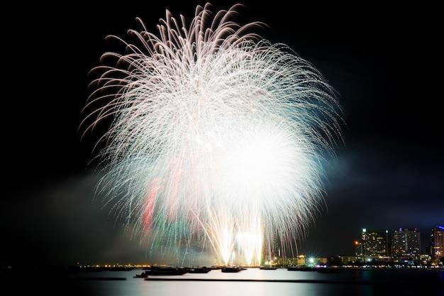 Fogo de artifício com belas no mar.