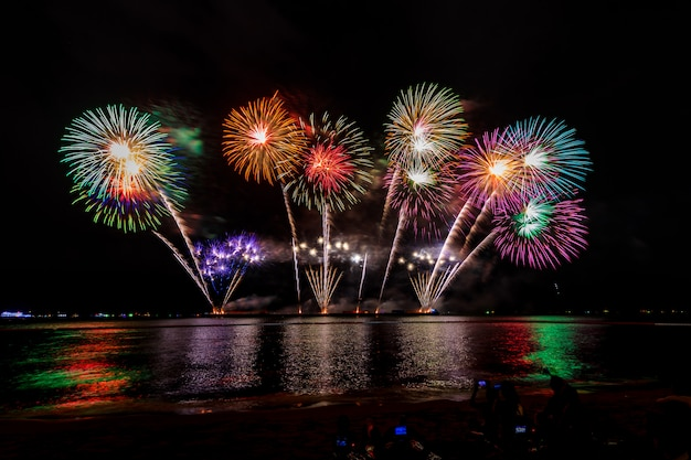 Fogo de artifício de celebrações à noite na cidade de pattaya do mar tailândia