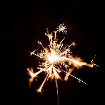Fogo de artifício dourado à noite no céu