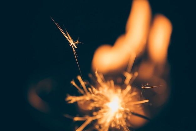 Fogo de artifício iluminado no fundo escuro embaçado