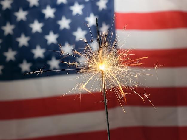 Fogo de bengala ao fundo da bandeira americana