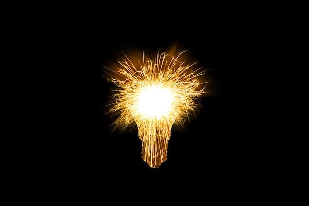 Fogo de bengala no bulbo da lâmpada isolado no fundo preto. novo conceito de ideia.