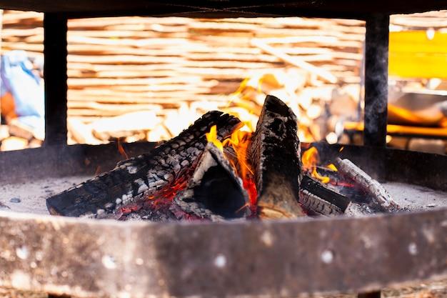 Fogo de churrasco close-up com carvão