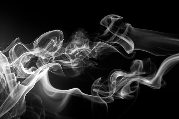 Fogo do fumo branco no fundo preto. movimento abstrato