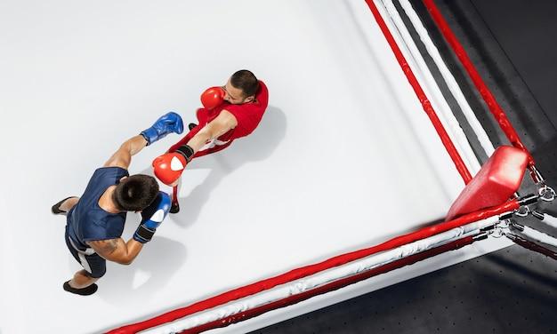 Fogo dois boxeadores profissionais de boxe em fundo branco na vista superior de ação do anel