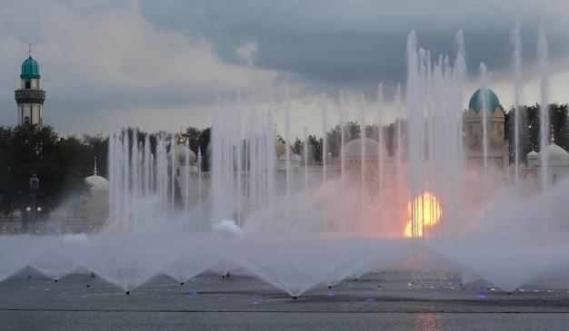 Fogo e água em um show de fonte no parque temático em fuga