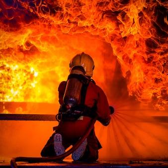Fogo e escola de treinamento de resgate regularmente para se preparar