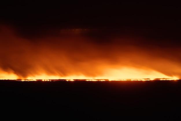 Fogo no campo, queimando sobras de trigo