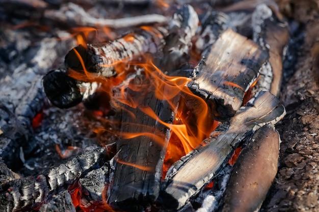 Fogo no chão para lindas carnes gaúchas com brasas em brasa