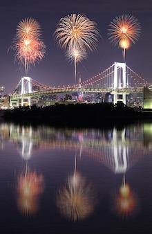 Fogos artifício, celebrando, sobre, tóquio, arco íris, ponte, com, espelho, reflexão, à noite