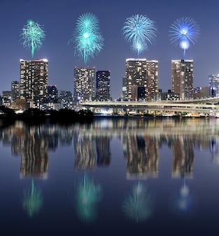 Fogos artifício, celebrando, sobre, tóquio, cityscape, com, espelho, reflexão, em, nigh