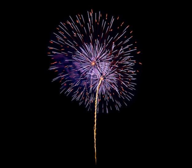 Fogos de artifício à noite isolado sobre o céu escuro para celebrar a véspera de ano novo e ocasião especial nos feriados