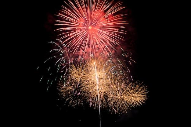 Fogos de artifício à noite sobre o céu escuro para celebrar a véspera de ano novo e ocasião especial nos feriados
