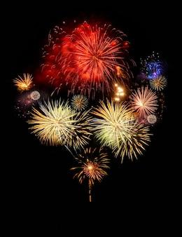 Fogos de artifício abstraem explosões coloridas isoladas no conceito preto, festivo e de celebração