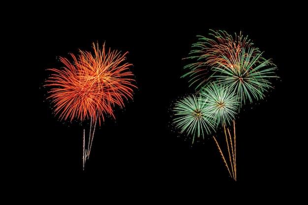Fogos de artifício abstratos iluminam o céu escuro