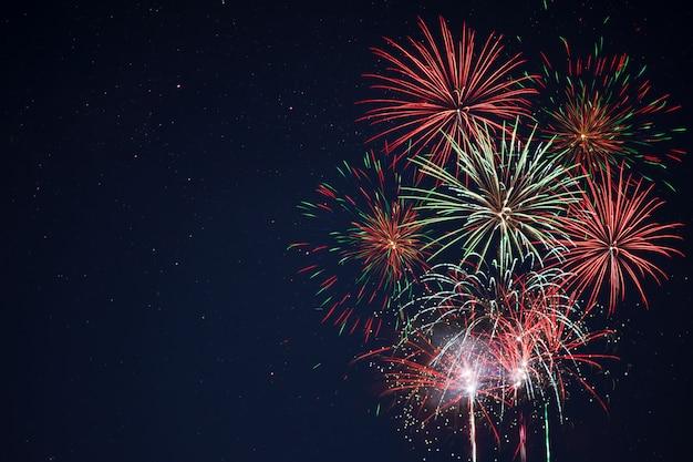 Fogos de artifício amarelos verdes vermelhos cintilantes