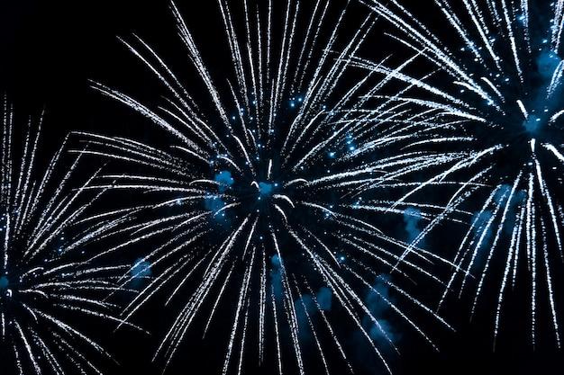 Fogos de artifício azuis brilhantes no céu noturno. celebração de ano novo