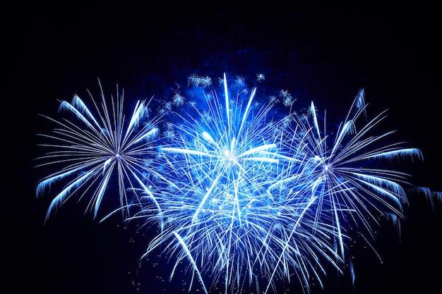 Fogos de artifício azuis coloridos no fundo do céu negro