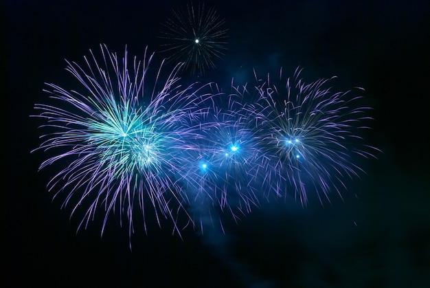 Fogos de artifício azuis no fundo do céu negro