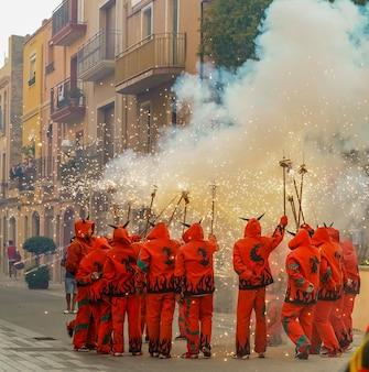 Fogos de artifício chamados correfocs na catalunha, espanha