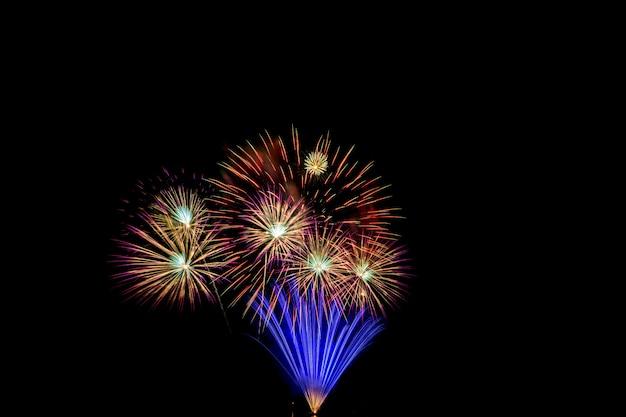 Fogos de artifício coloridos à noite