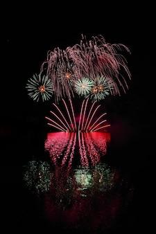 Fogos de artifício coloridos bonitos com reflexos na água. barragem de brno, a cidade de brno-europa. internati