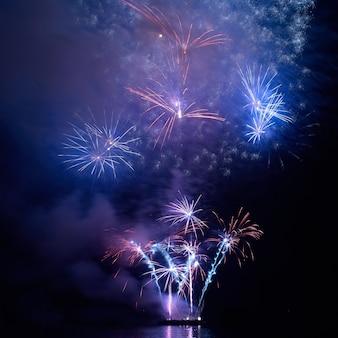 Fogos de artifício coloridos de feriado no céu negro