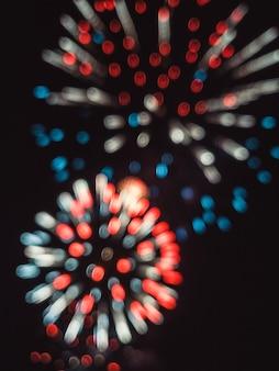 Fogos de artifício coloridos embaçados