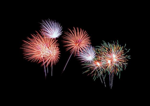 Fogos de artifício coloridos explodindo no escuro