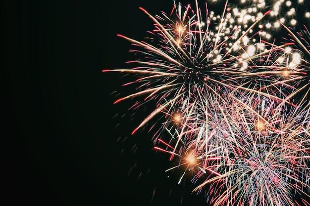 Fogos de artifício coloridos, festival de fogos de artifício no conceito de ano novo.