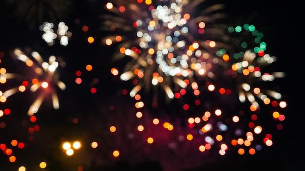 Fogos de artifício coloridos festivos em um céu noturno