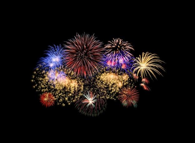 Fogos de artifício coloridos isolados no fundo preto