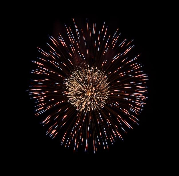 Fogos de artifício coloridos isolados no preto