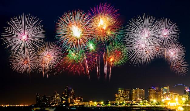 Fogos de artifício coloridos lindos exibir na praia do mar