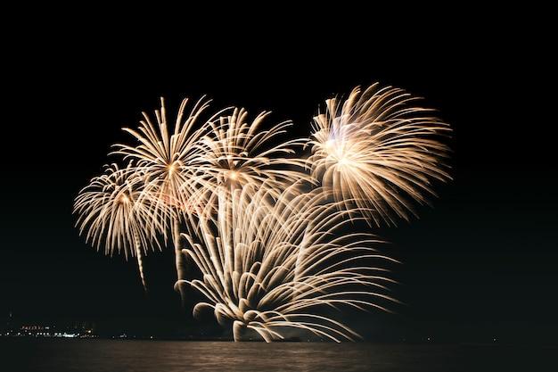Fogos de artifício coloridos lindos festivos exibir na praia do mar