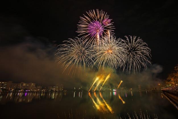 Fogos de artifício coloridos na noite de celebração.