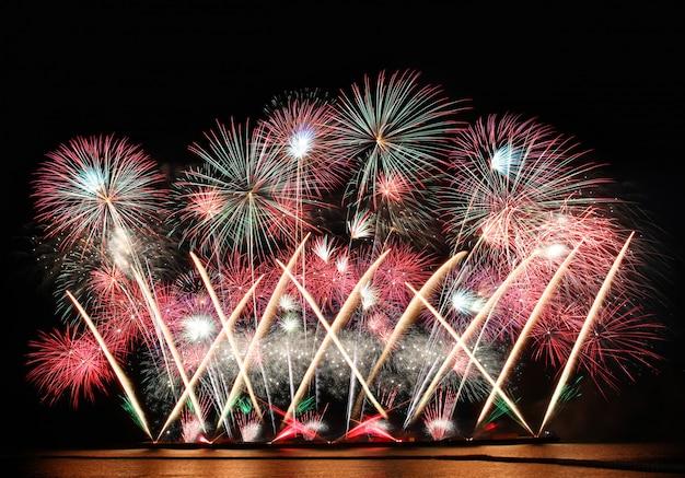 Fogos de artifício coloridos no céu da noite