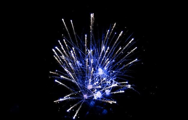 Fogos de artifício coloridos no céu em fundo preto. saudação comemorativa, fogos de artifício