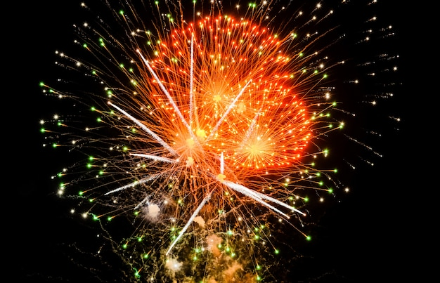 Fogos de artifício coloridos no céu em preto