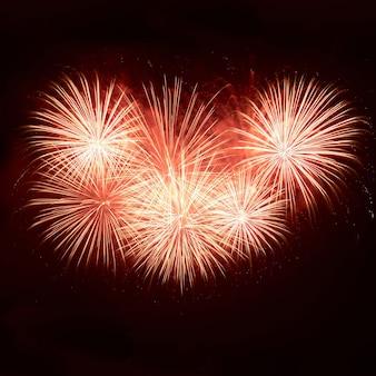 Fogos de artifício coloridos no céu negro