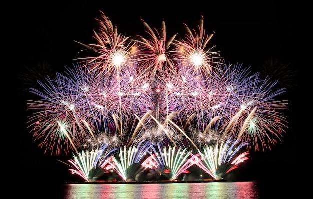 Fogos de artifício coloridos no céu noturno, festival de fogos de artifício em pattaya.