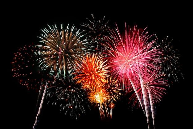 Fogos de artifício coloridos no céu noturno.