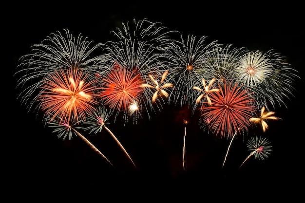 Fogos de artifício coloridos no céu noturno