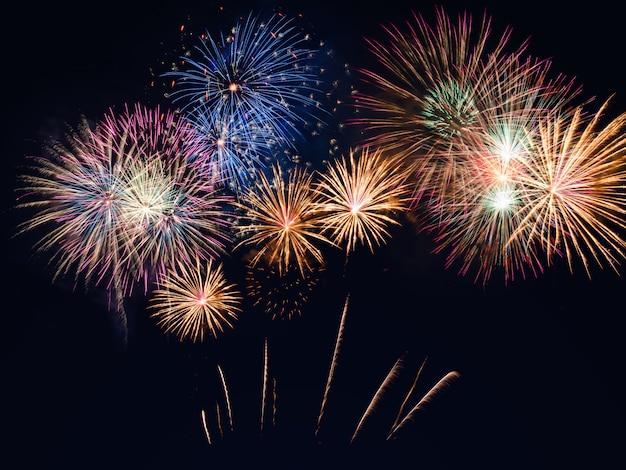 Fogos de artifício coloridos no fundo preto do céu com copyspace. celebração e aniversário