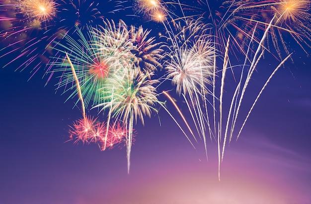 Fogos de artifício coloridos no fundo roxo crepúsculo para celebração