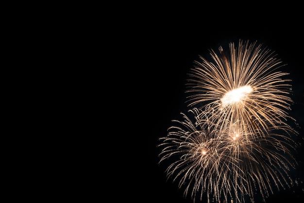 Fogos de artifício coloridos para celebração em fundo preto