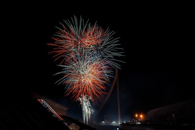 Fogos de artifício coloridos sobre a cidade à noite